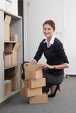 Frau öffnet Paket Stockfoto