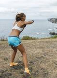 Frau übendes Kickboxing Stockfotografie