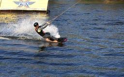Frau übendes Wakeboarding auf dem See Lizenzfreie Stockfotografie