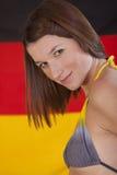 Frau über deutscher Markierungsfahne Stockfotografie