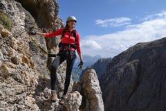 Frau an über ferrata auf Berg lizenzfreies stockfoto