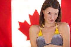 Frau über kanadischer Markierungsfahne Stockfoto