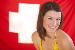 Frau über Schweizer Markierungsfahne lizenzfreies stockbild