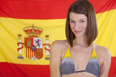 Frau über Spanien-Markierungsfahne stockbild