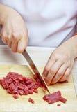 Frau übergibt Ausschnittrindfleisch Stockbilder