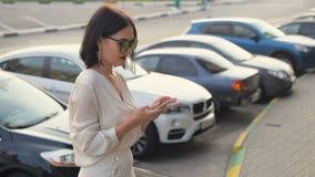 Frau übergibt das Halten des Smartphone, die junge Frau, die das Internet draußen vom Handy grast stock video