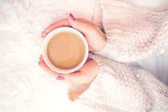 Frau übergibt das Halten einer Schale heißen Kaffees, Espresso auf einem Winter, kalter Tag Stockfotografie