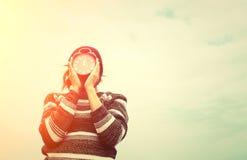 Frau übergibt das Halten eines roten Weckers, Zeitkonzept Lizenzfreie Stockfotografie