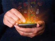 Frau übergibt das Halten und die Anwendung des Smartphonemobiles oder -Handys für Weihnachten oder Weihnachten Lizenzfreie Stockfotos