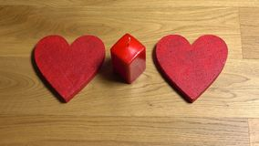 Frau übergibt das Setzen von zwei roten Herzformen und das Beleuchten herauf eine Kerze Lieben Sie, Romance, Valentinsgruß ` s Ta stock footage