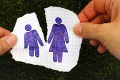 Frau übergibt das Zerreißen des Blattes Papier mit Hand gezeichnetem Mann und Frau Stockbilder