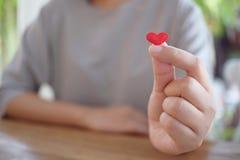 Frau übergibt die Herstellung des Miniherzens und des kleinen Herzens Valentine Love sy lizenzfreies stockfoto