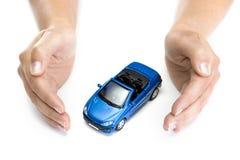 Frau übergibt Holding das blaue Auto, das auf Weiß getrennt wird Stockfotografie