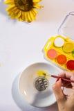 Frau übergibt Malerei Stockfotos