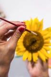 Frau übergibt Malerei Stockfoto