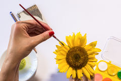 Frau übergibt Malerei lizenzfreie stockfotos