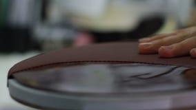 Frau übergibt Nahaufnahmekleberleder stock footage