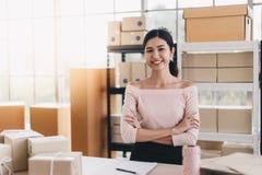 Frau übergibt Paketkasten vom on-line-Einkaufen, Hauslieferung Lizenzfreies Stockbild