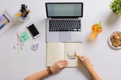 Frau übergibt Zeichnung im Büro des Notizbuches zu Hause Stockfoto