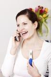 Frau überglücklich mit positiver Schwangerschaftprüfung stockbilder