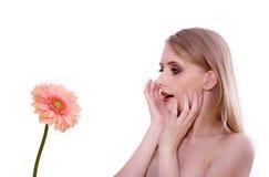 Frau überrascht durch eine Blume Stockbild