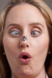 Frau überrascht durch Fliege auf ihrer Wekzeugspritze Stockfotos
