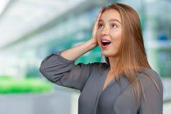Frau überrascht oder durch unerwartete Nachrichten entsetzt Stockfotografie