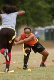 Frau übt Markierungsfahnen-Fußball-Techniken stockbild