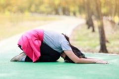 Frau übt Yoga Lizenzfreie Stockfotografie
