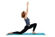 Frau übt Yoga Lizenzfreies Stockfoto