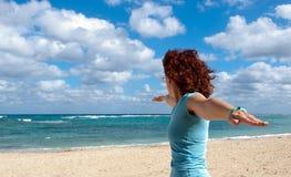 Frau übt Yoga auf dem Strand Stockbilder