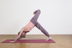 Frau übt Yoga aus Stockfotografie