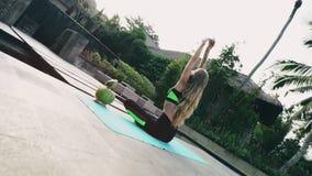 Frau übt Yoga vor ihrem Bungalow stock video footage
