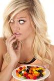 Frau abgefangen mit Platte der Süßigkeit lizenzfreies stockbild