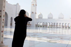 Frau in Abu Dhabi Stockbild