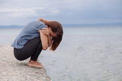 Frau allein und deprimiert auf der Brücke Lizenzfreie Stockfotografie