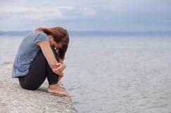 Frau allein und deprimiert auf der Brücke Stockbilder