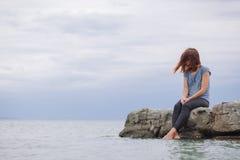 Frau allein und deprimiert auf der Brücke Stockfotografie