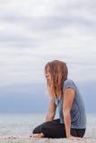 Frau allein und deprimiert an der Küste Lizenzfreie Stockfotografie