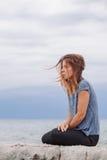 Frau allein und deprimiert an der Küste Stockfoto