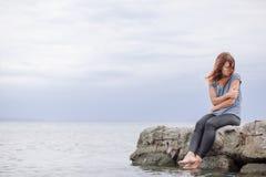 Frau allein und deprimiert an der Küste Lizenzfreies Stockbild
