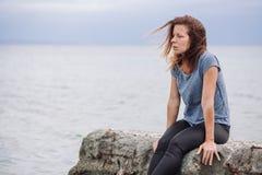 Frau allein und deprimiert an der Küste Lizenzfreie Stockbilder