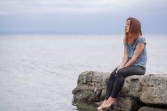 Frau allein und deprimiert an der Küste Lizenzfreie Stockfotos