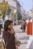 Frau am allgemeinen Telefon stockfotos