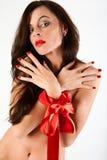 Frau als Geschenk für den Feiertag. Stockfotografie