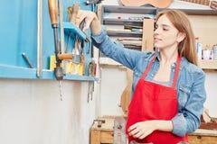 Frau als Lehrling des Tischlers stockbild