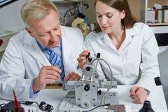 Frau als Lehrling im Optiker lizenzfreie stockbilder