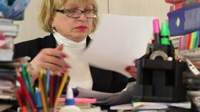 Frau als Verwaltungswirtschaftswissenschaftler in den Gläsern zerreißt Handelsblätter stock footage