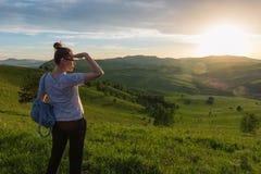 Frau in Altai-Berg stockfotografie