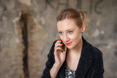Frau am Altbau sprechend am Telefon Stockfotografie